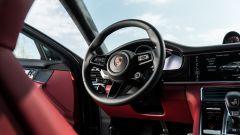 Porsche Taycan Turbo S vs Panamera Turbo S: un dettaglio del cockpit della Panamera