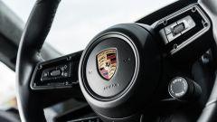 Porsche Taycan Turbo S vs Panamera Turbo S: un dettaglio del volante della Taycan