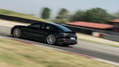 Porsche Taycan Turbo S vs Panamera Turbo S: un incorciatore di 5 metri per oltre 2.000 kg danza fra i cordoli