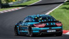 Porsche Taycan Turbo: vista di 3/4 posteriore