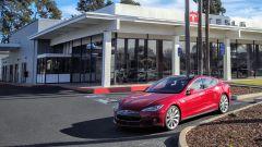 Porsche Taycan vs Tesla Model S: la Model S vista di 3/4 da lontano