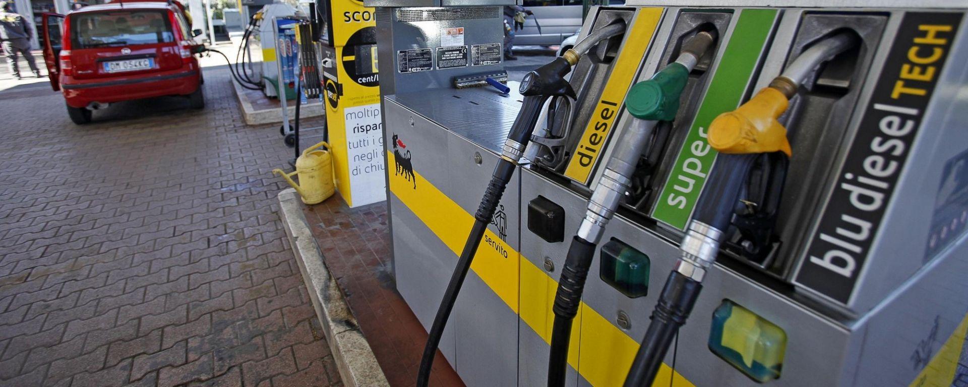 Prezzi dei carburanti alle stelle, l'allarme dei Consumatori