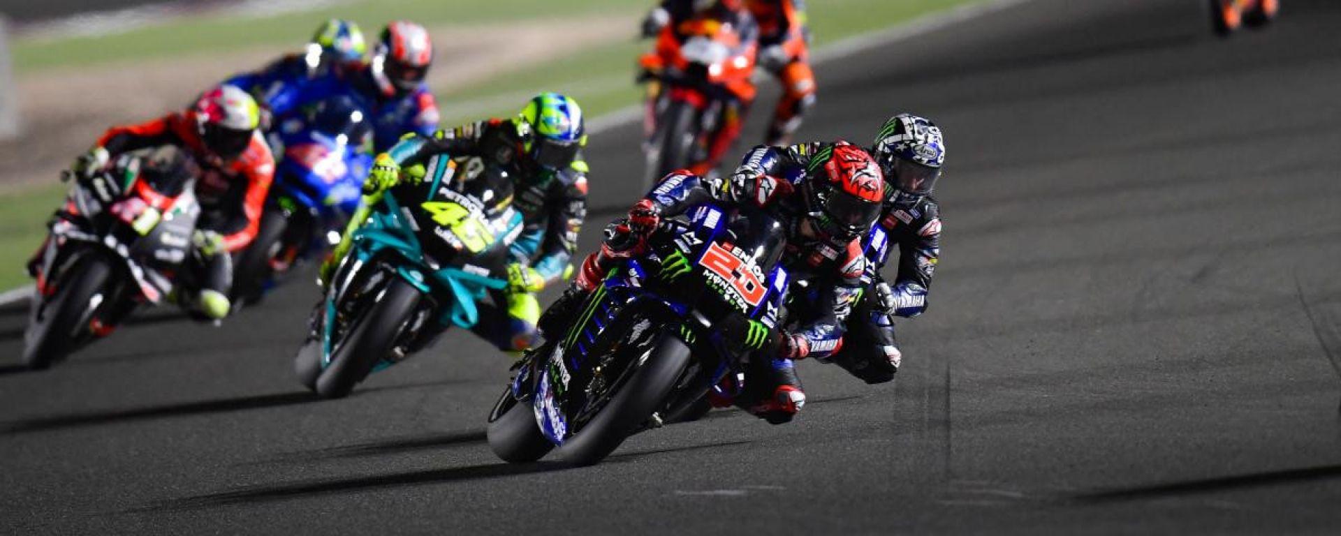 Prime fasi del GP del Qatar 2021 con Quartararo, Vinales e Rossi (Yamaha)