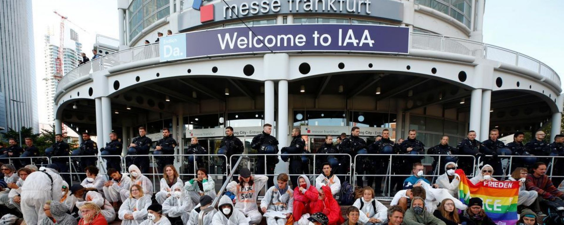 Proteste al Salone di Francoforte, attivisti bloccano l'ingresso