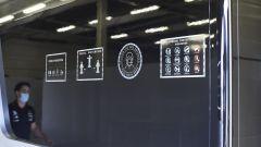 Protocol Run Mercedes a Silverstone, day-1. Le norme Anti-Covid su una parete nei box