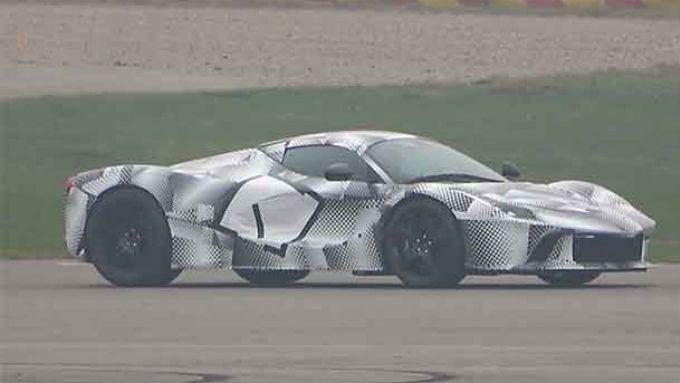 Prototipo Hypercar Ferrari: un muletto durante i test in pista
