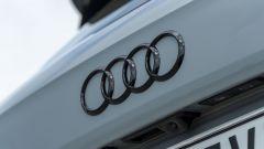 Prova Audi Q2 35 TFSI S tronic S line: il lettering e il logo nero lucido