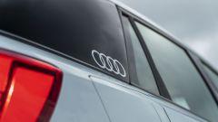 Prova Audi Q2 35 TFSI S tronic S line: il logo Audi sul terzo montante