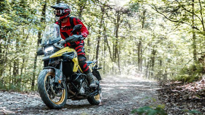 Questo non è il galles, e nemmeno Sylvain Guintoli, ma la Suzuki V-Strom 1050XT può portarvi dappertutto, anche in fuoristrada tra i boschi