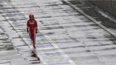 Raikkonen mentre ritorna ai box, dopo il crash