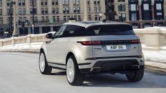 Range Rover Evoque 2020: una vista di 3/4 posteriore con i fari a LED