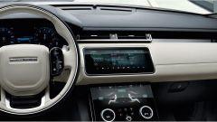 Range Rover Velar, gli interni: lo schermo principale si inclina di 30 gradi