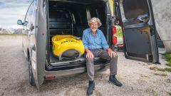 Reinhold Messner insieme a Opel Vivaro-e sul Plan de Corones