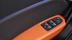Renault Captur 2019 interno porta con comandi elettrici finestrino