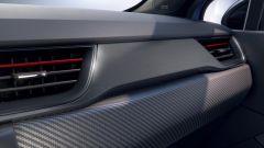 Renault Captur E-Tech hybrid: la plancia con finiture in simil carbonio