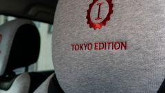 Renault Captur Tokyo Edition: il logo sul poggiatesta