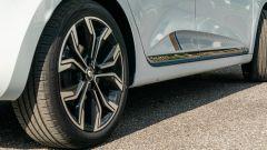 Renault Clio E-Tech ibrida, i cerchi e le bandelle laterali