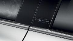 Renault Clio E-Tech, il badge sul montante centrale