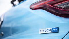 Renault Clio E-Tech, il badge sul portellone