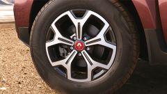 Renault Duster 1.3 turbo benzina, dettaglio del cerchio da 17 pollici