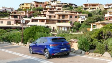 Renault Mégane E-Tech PHEV R.S. Line: la strada che scende verso Porto Cervo
