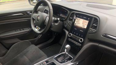 Renault Mégane E-Tech PHEV R.S. Line: l'abitacolo ben rifinito e con accenti sportivi