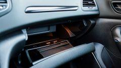 Renault Mégane E-Tech plug-in hybrid, inserti carbon-look e cassetto portaguanti