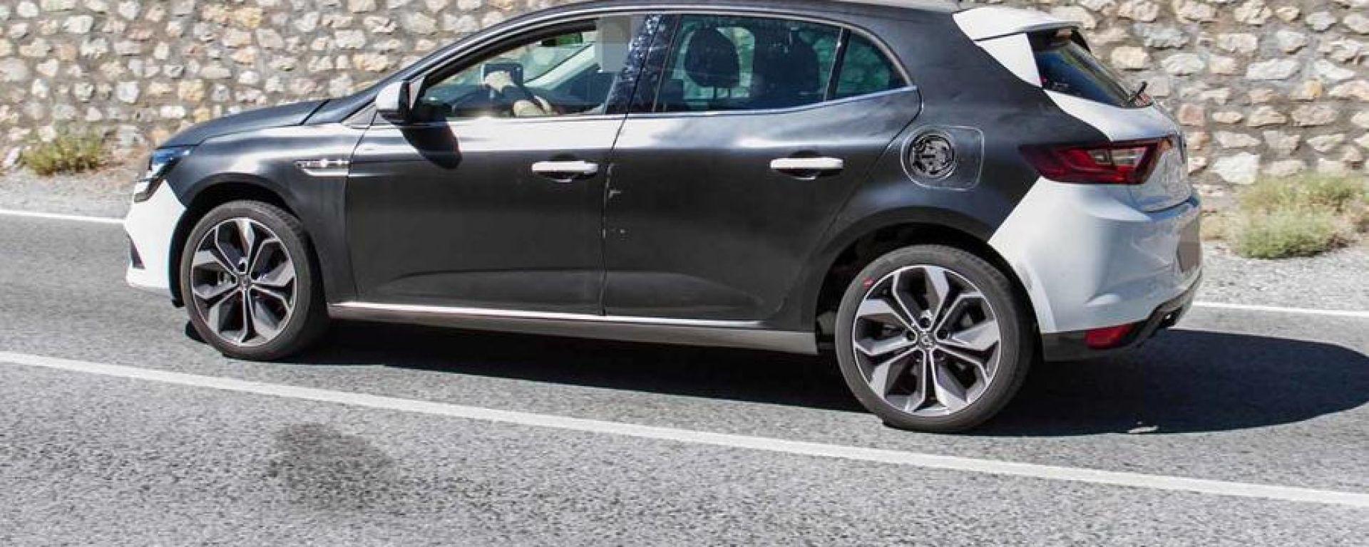 Renault Megane restyling, prime foto spia