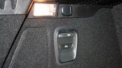 Renault Scenic 1.6 dCi Bose: i pulsanti per abbassare gli schienali del divanetto posteriore