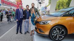 Renault Scénic e il cast di Ningyo, con il regista Gabriele Mainetti e Aurora Ruffino