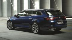 Renault Talisman Sporter ha una coda muscolosa, grazie ai passaruota generosi