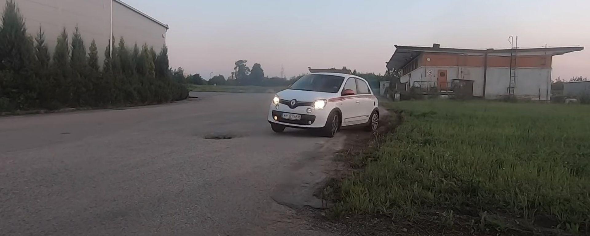 Renault Twingo impegnata in un drift mozzafiato