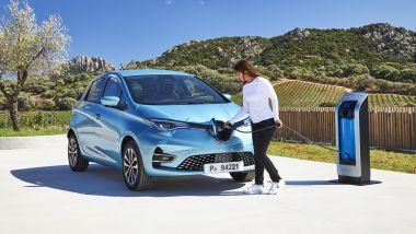 Renault Zoe, la prova su strada: visuale di 3/4 anteriore con ricarica