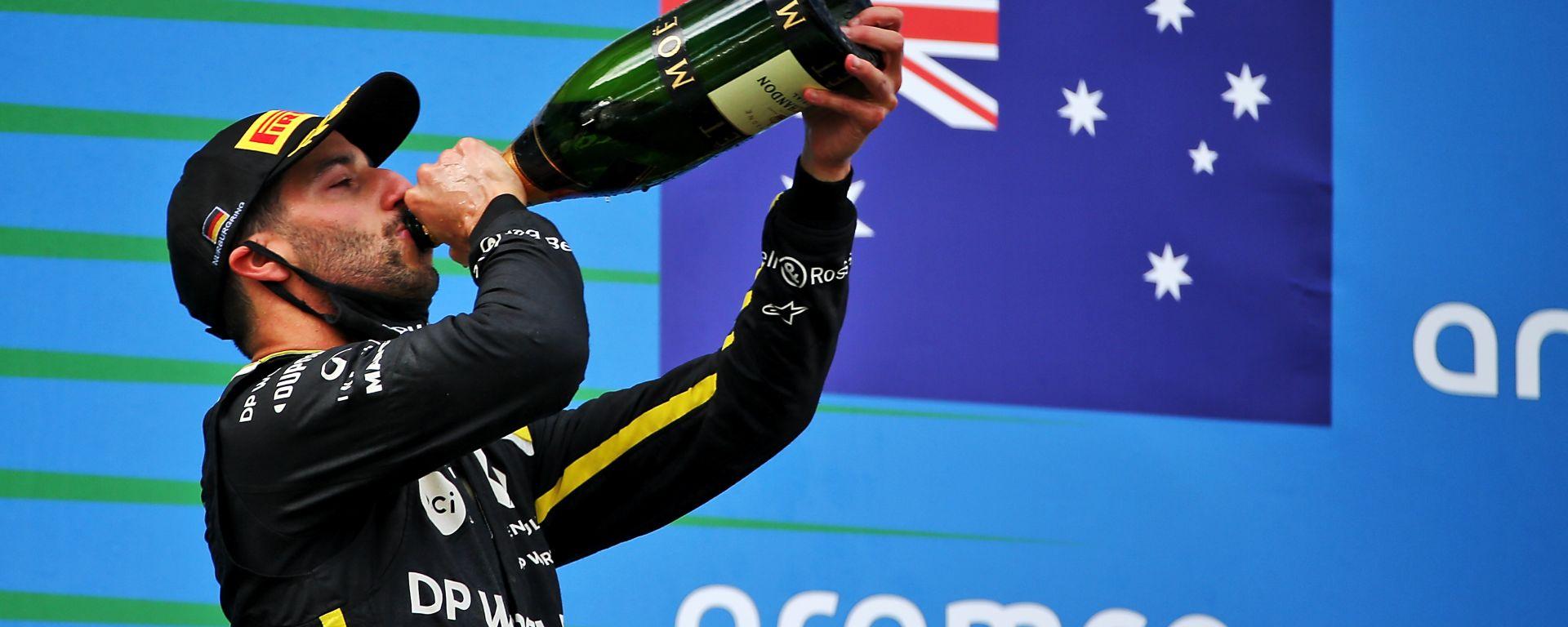 Ricciardo torna finalmente sul podio e... si dimentica dello shoey!