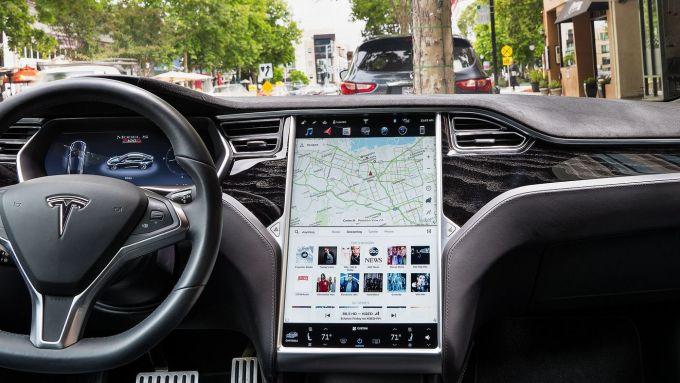 Richiamo Tesla: i problemi dell'infotainment