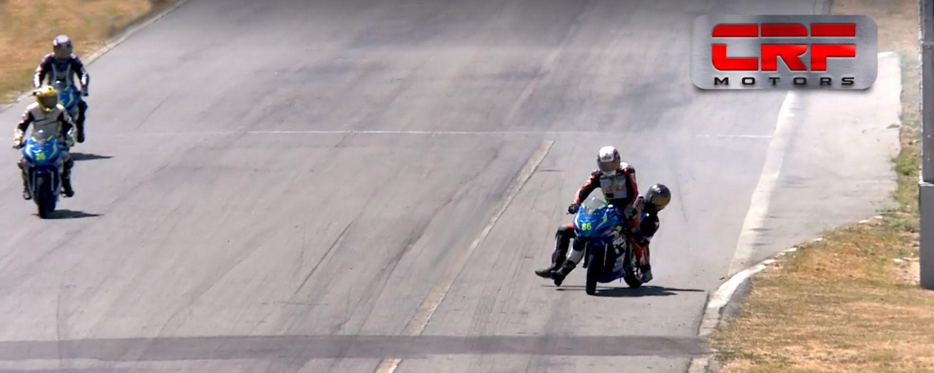 Rissa in sella: salta sulla moto del rivale e finisce a pugni