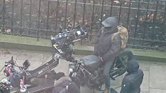 Robert Pattinson bardato e in moto sul set di The Batman