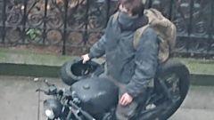 Robert Pattinson in moto sul set di The Batman