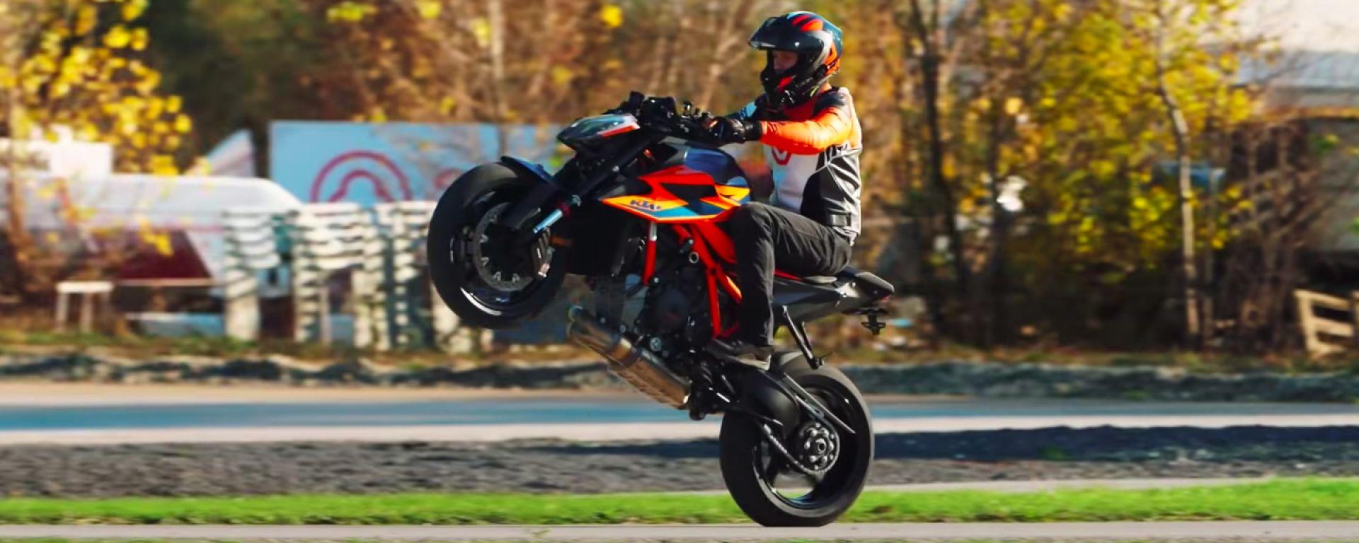 Rok Bagoros impenna con la KTM 1290 Super Duke R