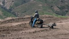 Jay Leno prova la moto 2WD: il video su YouTube