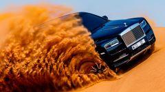 Rolls Royce Cullinan messo alla prova tra le dune del deserto
