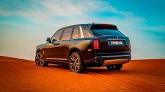 Rolls Royce Cullinan tra le dune: SUV o fuoristrada?
