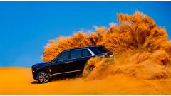 Rolls Royce Cullinan tra le dune