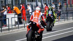 Rossi e Bagnaia escono dalla pitlane di Portimao durante i test 2020
