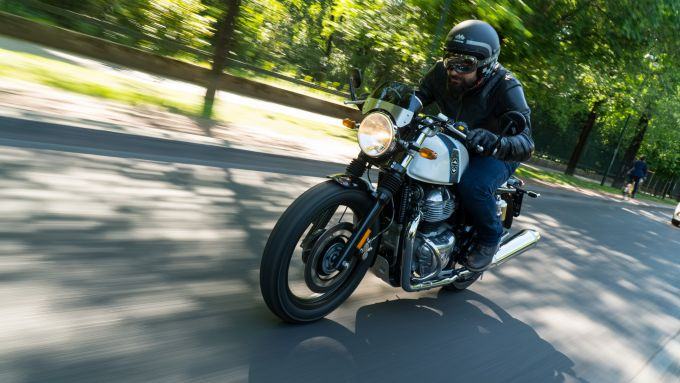 Royal Enfield Continetal in azione