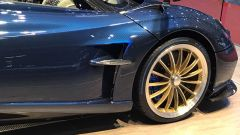 Salone di Ginevra 2017, Pagani Huayra Roadster, particolare del carbonio su fiancate e specchi