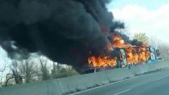 San Donato Milanese, l'autobus dato alle fiamme dall'autista senegalese