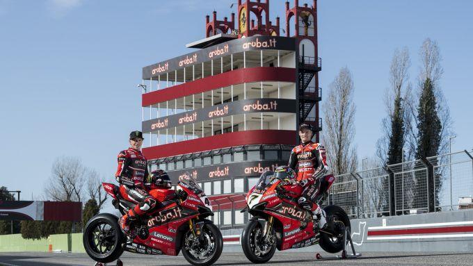 Scott Redding e Chaz Davies in posta sulle Ducati Panigale R sul rettilineo di Imola