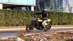Scrambler Ducati Full Throttle scende neutra in piega