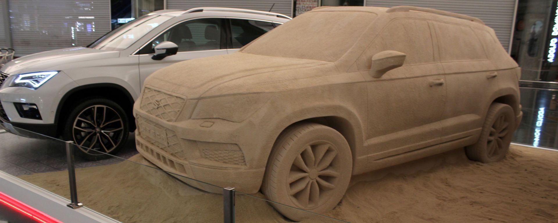 Seat Ateca: un modello in sabbia all'aeroporto di Barcellona
